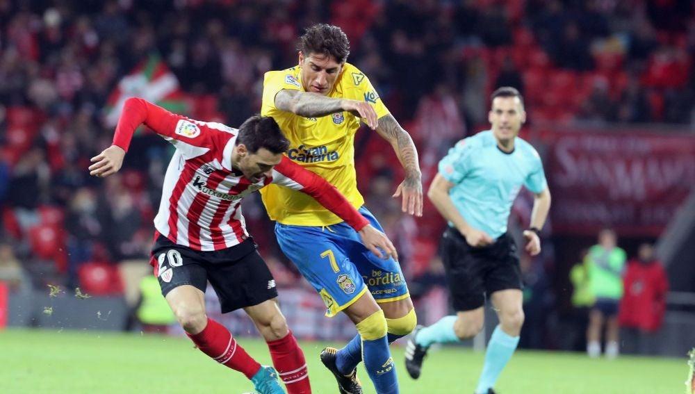 Aduriz pelea con Peñalba en el partido entre Athletic y Las Palmas
