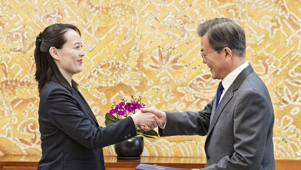 El presidente surcoreano, Moon Jae-in (d), saluda a Kim Yo-jong, hermana del líder norcoreano, Kim Jong-un