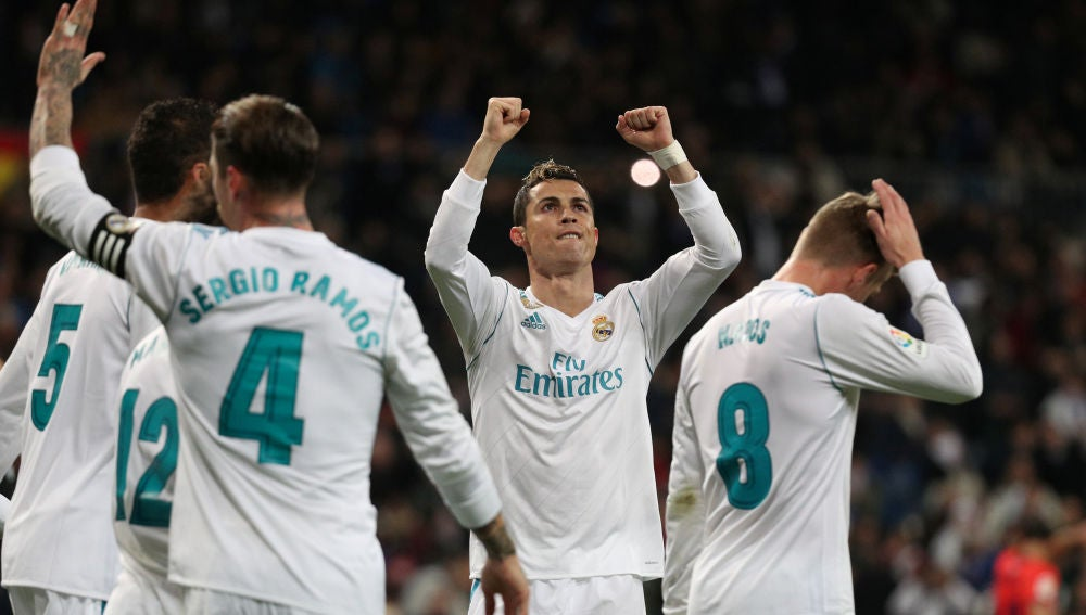 Cristiano Ronaldo celebra junto a sus compañeros uno de los goles del Real Madrid
