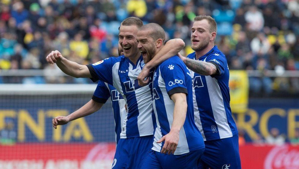 Los jugadores del Alavés celebran uno de los goles ante el Villarreal