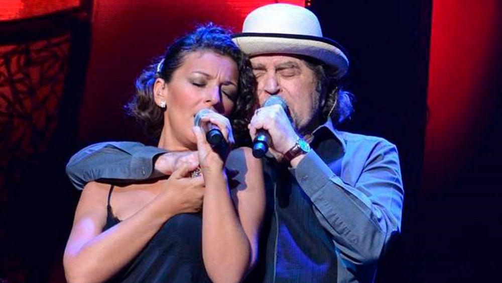 Joaquín Sabina junto a su corista Mara Barros
