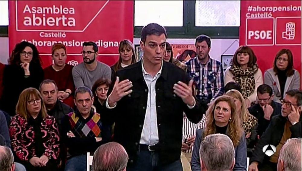 """Pedro Sánchez critica que el Gobierno pide a los españoles ahorrar mientras """"se pulen la hucha de las pensiones"""""""