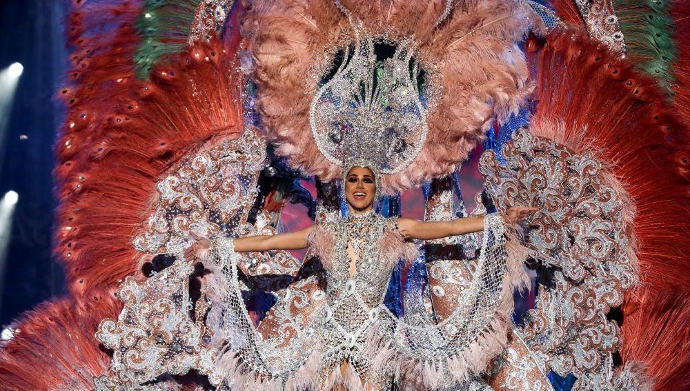 Ana Suárez Álvarez con la fantasía 'A mi manera' tras ser nombrada Reina del Carnaval de Las Palmas