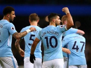 Agüero celebra un gol con el City