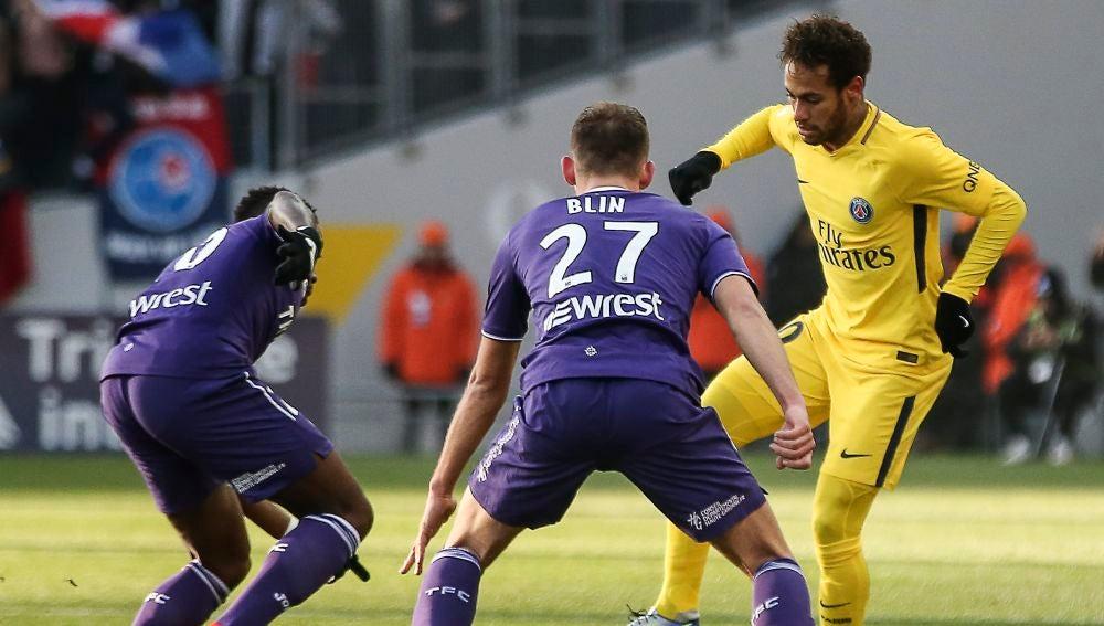 Neymar intenta zafase de la defensa del Toulouse