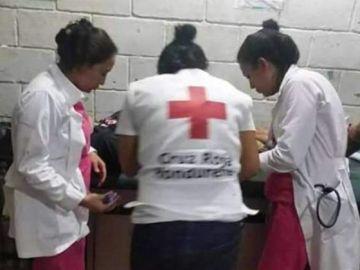 Varias enfermeras atienden al joven hondureño