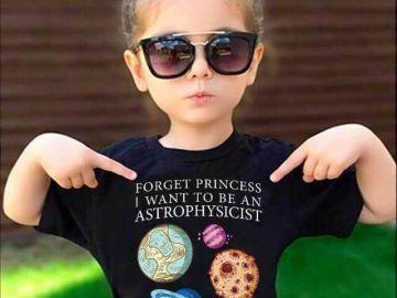 Una niña con una camiseta que dice 'olvida las princesas, quiero ser astrofísica'