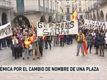 Varios centenares de personas se manifiestan en Girona contra el cambio de nombre de la Plaza de la Constitución