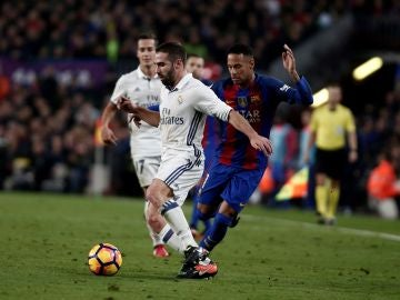 Carvajal y Neymar, durante un Real Madrid - Barcelona