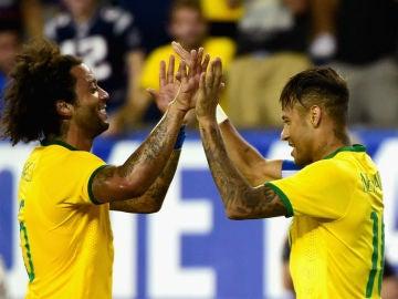 Marcelo y Neymar se felicitan
