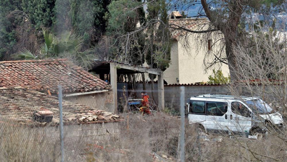 Un bombero trabaja junto a la vivienda en la localidad de valenciana de Ontinyent