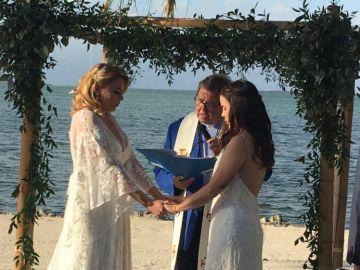 Profesora lesbiana despedida por difundir fotos de su boda