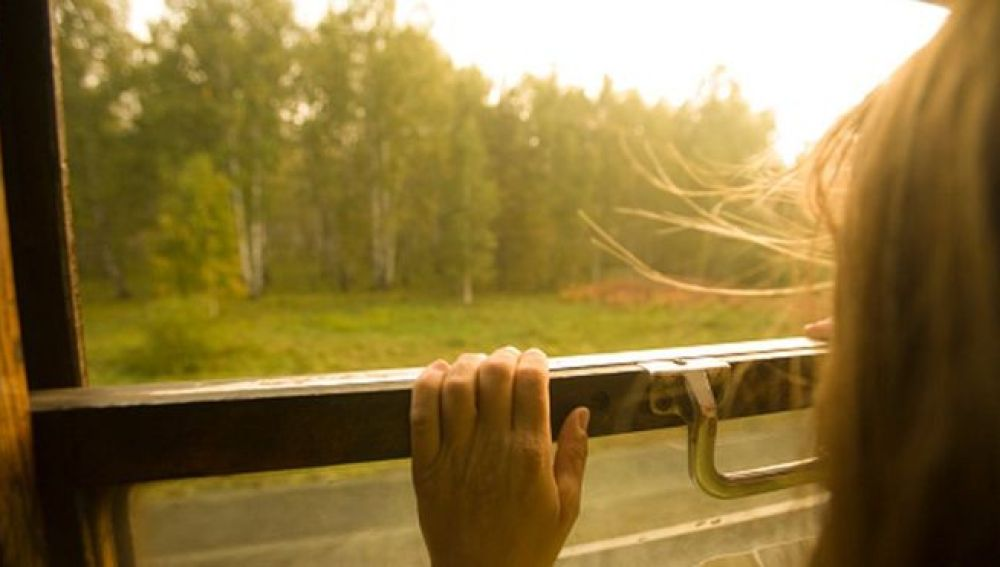 Una niña viajando en tren