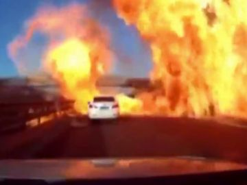 Explosión y fuego en una autopista China