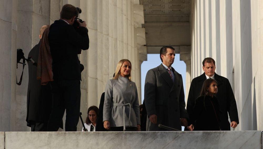 En la imagen, Donald Trump Jr. (2d) y su esposa, Vanessa