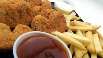 Patatas fritas y nuggets de pollo, complementos que engordan.
