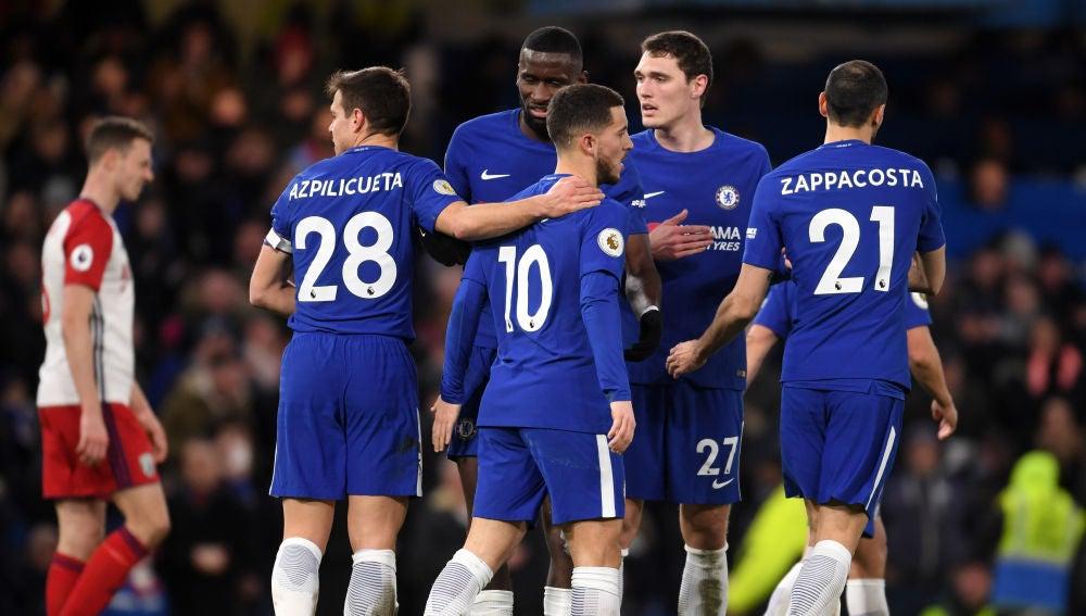 Hazard, felicitado por sus compañeros tras marcar un gol