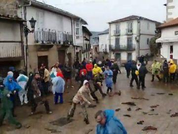 El barro y los trapos, protagonistas del carnaval de Laza (Ourense)