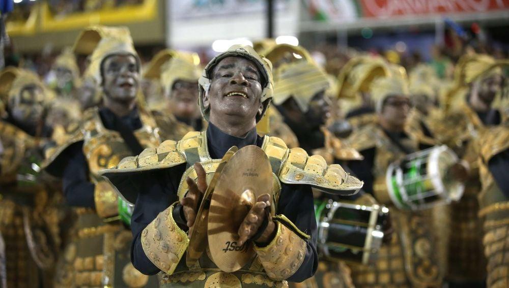 Integrantes de la escuela de samba del Grupo Especial Império Serrano en el festival de Río de Janeiro
