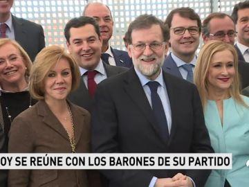 Rajoy tranquiliza a sus 'barones' ante el empuje de C's y les pide centrarse en los problema de España