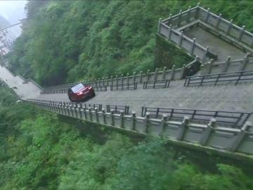 """Un todoterreno sube los 99 peldaños que suben hacia la """"Puerta del Cielo"""" de China"""