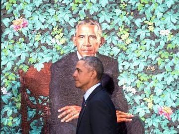 Barack Obama junto a su retrato oficial