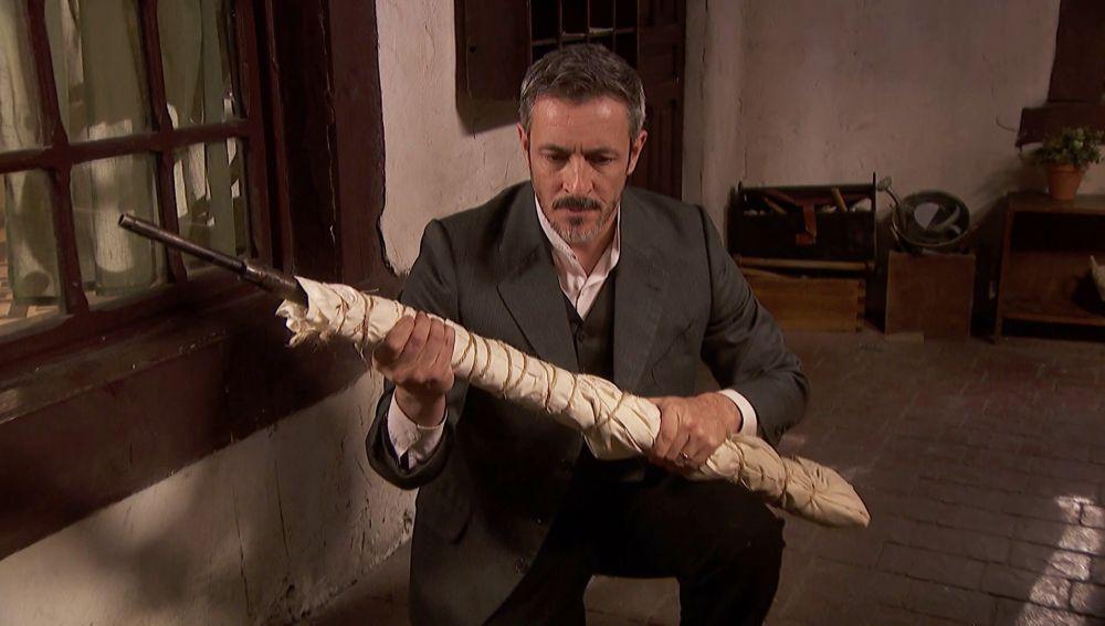 Alfonso recibe el rifle con el que promete hacer justicia