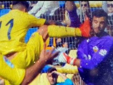 El portero del Castellón recibió una brutal patada en la cara