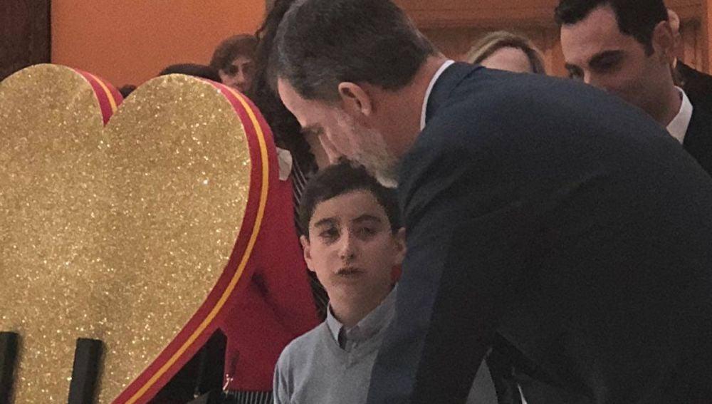 Felipe VI con uno de los niños