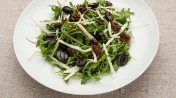 Ensalada de rúcula, hinojo y aceitunas