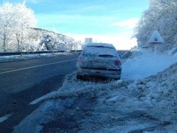 Un coche atrapado por la nieve