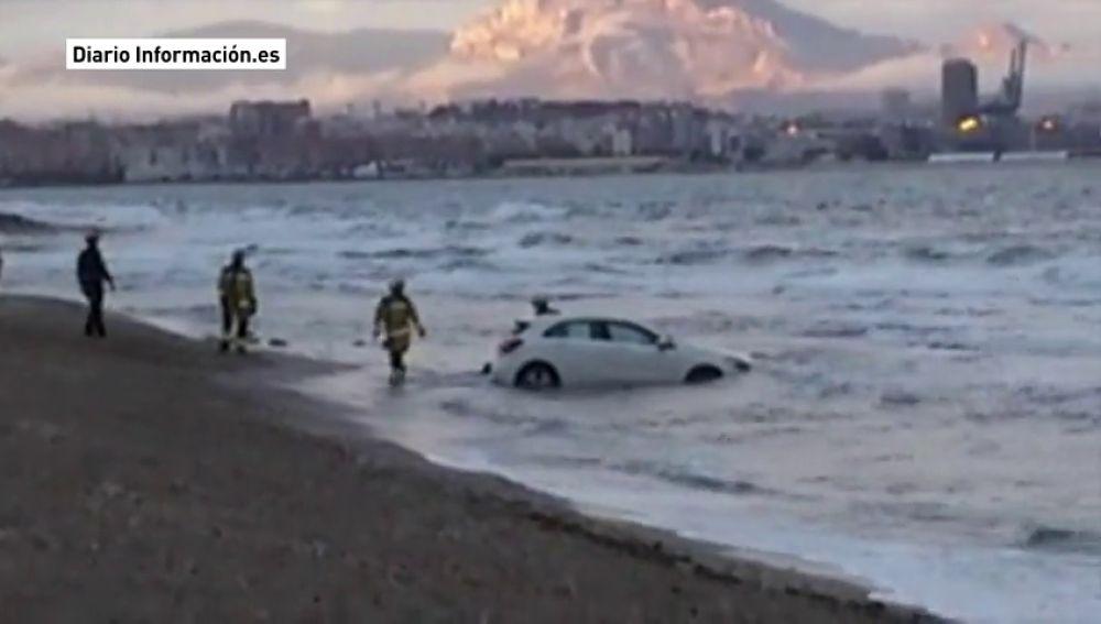 Rescatado un coche en la playa de Agua Amarga, en Alicante