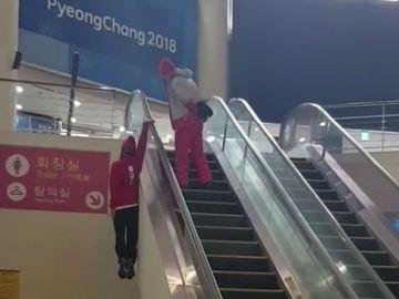 Original forma de subir unas escaleras mecánicas