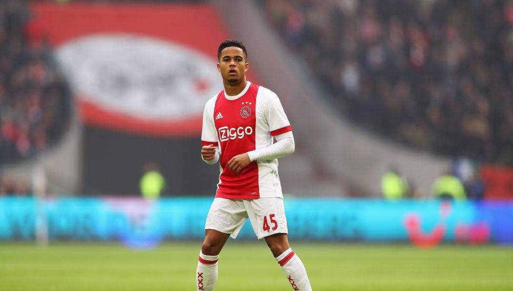 Justin Kluivert, durante un partido con el Ajax