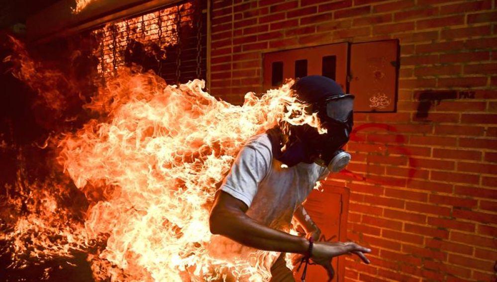 Un manifestante en llamas, entre las nominadas al World Press Photo 2018
