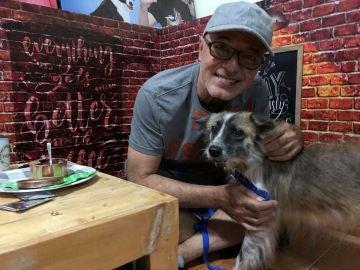 Un hombre disfrutando de la cita con un perro