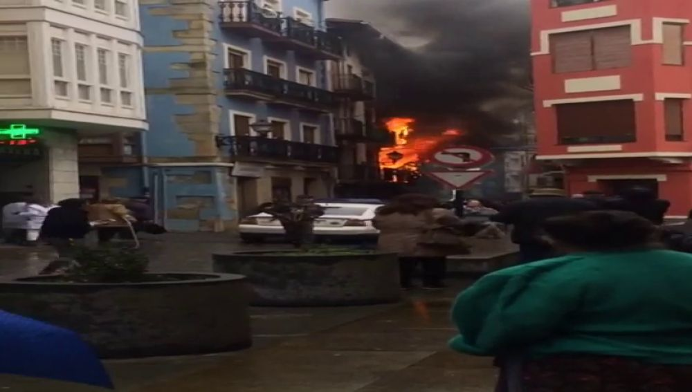 Incendio en el casco antiguo de Bermeo