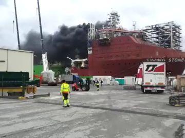 Intoxicados cinco trabajadores tras declararse un incendio en un barco en el Puerto de Santurtzi