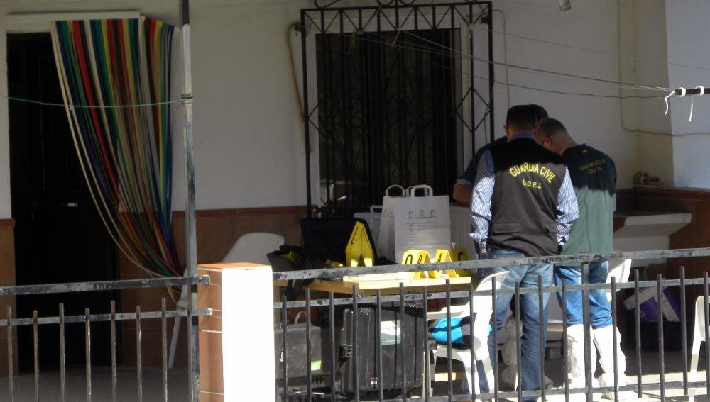Agentes de la Guardia Civil ayer en la vivienda en el núcleo poblacional de Los Romanes
