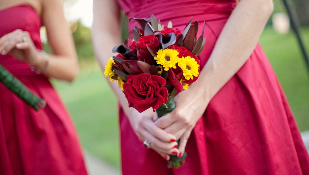 Incorpora el color rojo en las damas de honor