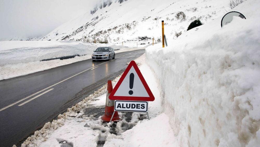 Aspecto que presenta esta tarde la carretera del puerto asturiano de San Isidro