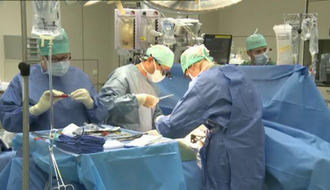 Médicos durante una operación