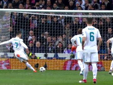 Ferdinand desvela el 'truco' de Cristiano al lanzar el penalti del PSG: ¿golpea el balón dos veces?