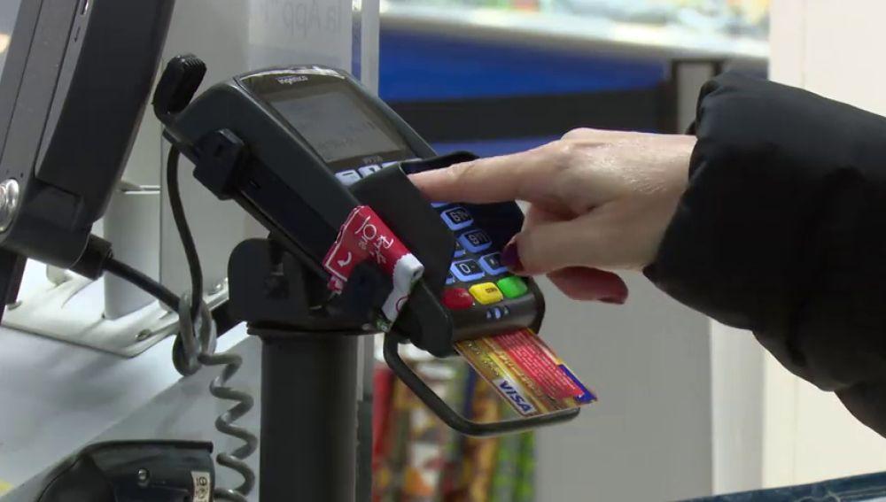 Robaban las tarjetas a clientes de supermercados y antes vigilaban cómo tecleaban el pin