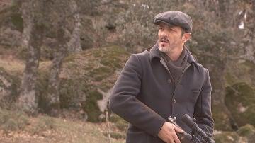 Matías descubre a su padre con un arma en la mano