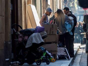 Un asistente social habla con una pareja que ocupaba con su hijo uno de los pisos