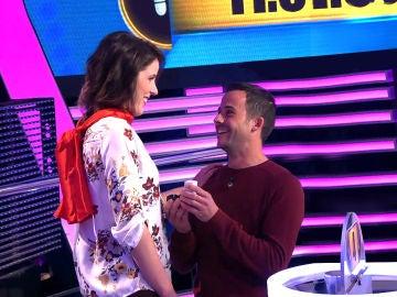 Un concursante de '¡Ahora Caigo!' sorprende a su novia pidiéndole matrimonio en directo ante los ojos de Arturo Valls