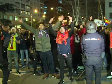Así fue el paso de los ultras del PSG por Madrid: Bengalas, cánticos y carga policial antes del partido