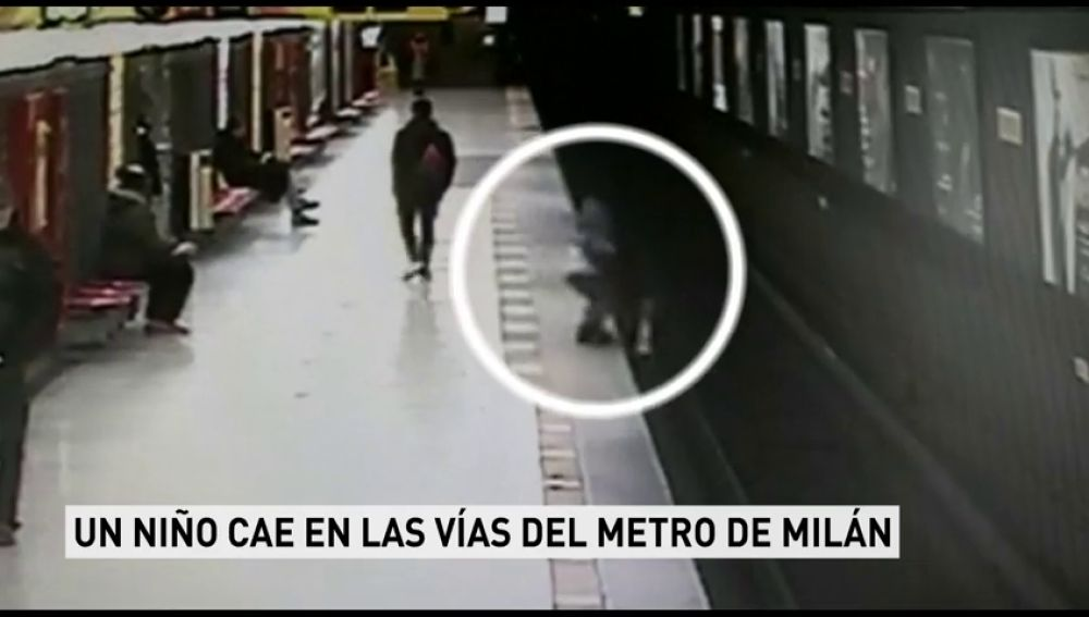 Un niño de dos años cae en las vías del metro de Milán