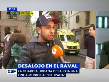 """Un vecino que había 'okupado' una vivienda en el Raval: """"Yo tenía un contrato. He pagado 528 euros de alquiler y me han estafado"""""""